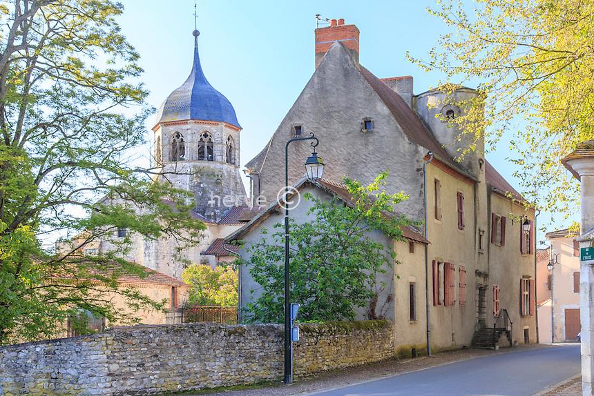 France, Allier (03), Bellenaves, église et maison du village // France, Allier, Bellenaves, church and house in the village