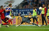 FUSSBALL   1. BUNDESLIGA   SAISON 2012/2013    29. SPIELTAG FC Schalke 04 - Bayer 04 Leverkusen                        13.04.2013 Teemu Pukki (Mitte, FC Schalke 04) erzielt gegen Torwart Bernd Leno (re) das Tor zum 1:1. Oemer Toprak (li, beide Bayer 04 Leverkusen) kommt zu spaet.