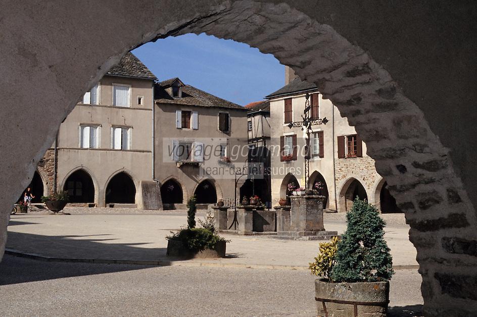 Europe/France/Auvergne/12/Aveyron/Sauveterre-de-Rouergue: Vue de la place centrale sous une arcade