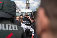 """Ueber 1.000 Rechtsextreme aus mehreren Bundeslaendern demonstrieren am Samstag den 19. August 2017 in Berlin zum Gedenken an den Hitler-Stellvertreter Rudolf Hess.<br /> Rudolf Hess hatte am 17. August 1987 im Alliierten Kriegsverbrechergefaengnis in Berlin Spandau Selbstmord begangen. Seitdem marschieren Rechtsextremisten am Wochenende nach dem Todestag mit sog. """"Hess-Maerschen"""".<br /> Weit ueber 1.000 Menschen protestierten gegen den Aufmarsch der Rechtsextremisten und stoppten den Hess-Marsch nach 300 Metern u.a. mit Sitzblockaden. Der rechtsextreme Aufmarsch wurde daraufhin von der Polizei umgeleitet.<br /> Aus dem Aufmarsch wurden mehrfach Gegendemonstranten angegriffen, mindestens ein Neonazi wurde festgenommen.<br /> Im Bild: Ein vermummter Hooligan.<br /> 19.8.2017, Berlin<br /> Copyright: Christian-Ditsch.de<br /> [Inhaltsveraendernde Manipulation des Fotos nur nach ausdruecklicher Genehmigung des Fotografen. Vereinbarungen ueber Abtretung von Persoenlichkeitsrechten/Model Release der abgebildeten Person/Personen liegen nicht vor. NO MODEL RELEASE! Nur fuer Redaktionelle Zwecke. Don't publish without copyright Christian-Ditsch.de, Veroeffentlichung nur mit Fotografennennung, sowie gegen Honorar, MwSt. und Beleg. Konto: I N G - D i B a, IBAN DE58500105175400192269, BIC INGDDEFFXXX, Kontakt: post@christian-ditsch.de<br /> Bei der Bearbeitung der Dateiinformationen darf die Urheberkennzeichnung in den EXIF- und  IPTC-Daten nicht entfernt werden, diese sind in digitalen Medien nach §95c UrhG rechtlich geschuetzt. Der Urhebervermerk wird gemaess §13 UrhG verlangt.]"""