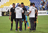 MONTERIA - COLOMBIA, 17-04-2019: Oscar Upegui técnico de Jaguares dialoga con el árbitro, David Rodriguez, al final del partido por la fecha 16 de la Liga Águila I 2019 entre Jaguares de Córdoba F.C. y Envigado F.C. jugado en el estadio Jaraguay de la ciudad de Montería. / Oscar Upegui coach of Jaguares dialogues with the refereree, David Rodriguez, after the match for the date 16 as part Aguila League I 2019 between Jaguares de Cordoba F.C. and Envigado F.C. played at Jaraguay stadium in Monteria city. Photo: VizzorImage / Andres Felipe Lopez / Cont