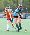 BLOEMENDAAL - Josien Galama (Bl'daal) met rechts Karlijn Scheepens (HGC), 2e play out wedstrijd tussen Bloemendaal-HGC dames (2-0). COPYRIGHT KOEN SUYK