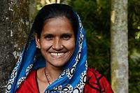 BANGLADESH,  District Tangail, Kalihati, village Bukta, portraiture of Shanaz Akthar / BANGLADESCH, Distrikt Tangail, Kalihati, Dorf Bukta, Frau Shanaz Akthar, 28 Jahre, im Sari - NUR FÜR REDAKTIONELLE NUTZUNG, Kein PR !