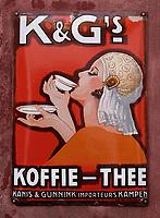 Nederland  Enkhuizen - 2019.  Het Zuiderzeemuseum.  Het Zuiderzeemuseum richt zich op de geschiedenis, actualiteit en toekomst van het IJsselmeer-gebied. De thema's water, ambachten en gemeenschappen staan hierbij centraal.  Reclamebord voor Kanis en Gunnink Koffie en Thee.    Berlinda van Dam / Hollandse Hoogte