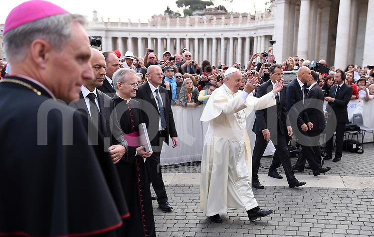 Rom, Vatikan 22.10.2014 Papst Franziskus I. (Mitte) bei der woechentlichen Generalaudienz auf dem Petersplatz