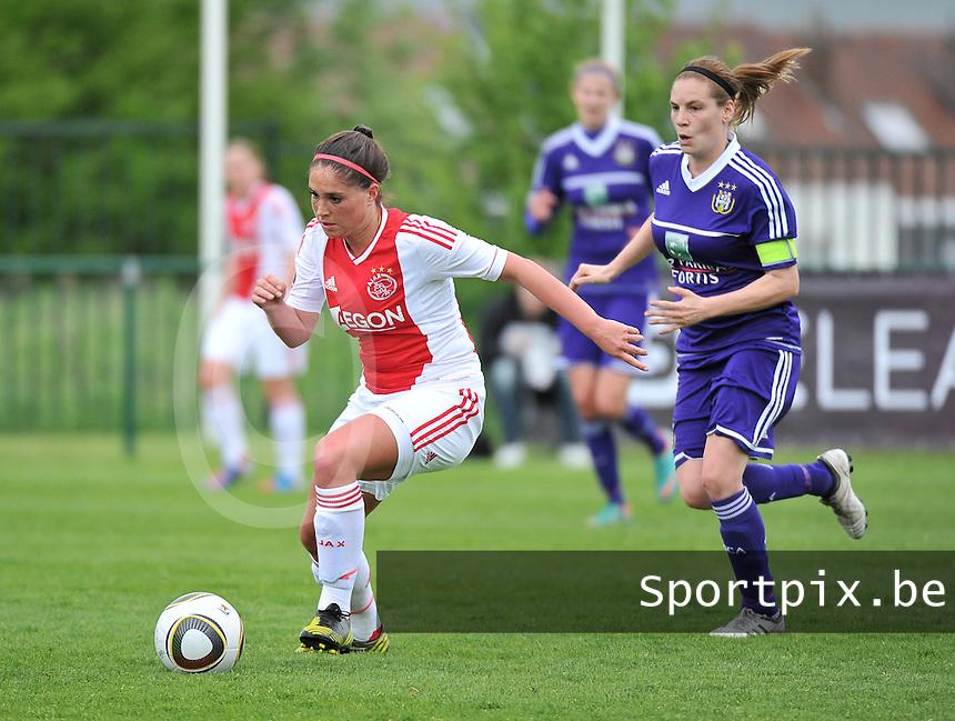 RSC Anderlecht Dames - Ajax Amsterdam : Babiche Roof aan de bal voor Anne Puttemans.foto DAVID CATRY / Nikonpro.be