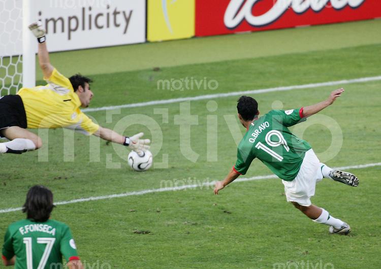 Fussball WM 2006 Vorunde Gruppe D Mexico -Iran Tor zum 2:1; Torschuetze Omar BRAVO (MEX,re) gegen Ebrahim MIRZAPOUR (IRN,li)