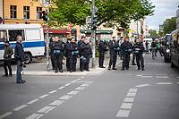 Trotz Corona-Versammlungseinschraenkung gingen am 1. Mai 2020 in Berlin 3.000 Menschen in Berlin-Kreuzberg auf die Strasse. Sie protestierten u.a. fuer die Aufnahme von Gefluechteten aus den ueberfuellten griechischen Fluechtlingslagern und die Unterstuetzung von Automobilkonzernen wegen der Corona-Krise.<br /> Im Bild: Polizeibeamte in der Oranienstrasse.<br /> 1.5.2020, Berlin<br /> Copyright: Christian-Ditsch.de<br /> [NUR FUER REDAKTIONELLE ZWECKE! Werbung nur auf Anfrage beim Fotografen. Inhaltsveraendernde Manipulation des Fotos nur nach ausdruecklicher Genehmigung des Fotografen. Vereinbarungen ueber Abtretung von Persoenlichkeitsrechten/Model Release der abgebildeten Person/Personen liegen nicht vor. NO MODEL RELEASE! Don't publish without copyright Christian-Ditsch.de, Veroeffentlichung nur mit Fotografennennung, sowie gegen Honorar, MwSt. und Beleg. Konto: I N G - D i B a, IBAN DE58500105175400192269, BIC INGDDEFFXXX, Kontakt: post@christian-ditsch.de<br /> Bei der Bearbeitung der Dateiinformationen darf die Urheberkennzeichnung in den EXIF- und  IPTC-Daten nicht entfernt werden, diese sind in digitalen Medien nach §95c UrhG rechtlich geschuetzt. Der Urhebervermerk wird gemaess §13 UrhG verlangt.]