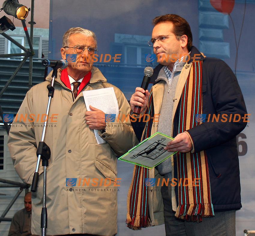 Roma 14/1/2006 Piazza Farnese. Manifestazione a sostegno delle Unioni civili - PACS.<br /> Alessandro Cecchi Paone sul palco con il giudice Giovanni Palombarini <br /> Foto Andrea Staccioli Insidefoto