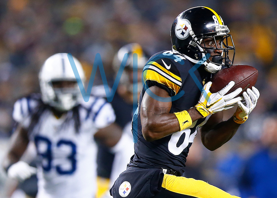 Antonio Brown #84 of the Pittsburgh Steelers catches a pass against the Indianapolis Colts in the first half during the game at Heinz Field on December 6, 2015 in Pittsburgh, Pennsylvania. (Photo by Jared Wickerham/DKPittsburghSports)