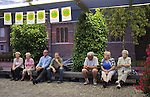Nederland, Haaren, 03-09-2010  De gemeente Haaren in Noord-Brabant organiseert een avond met film en debat op het dorpsplein. Ze willen de meningen peilen over het toestaan van boringen naar schaliegas. De Stichting SchalieGASvrij Haaren en het bedrijf Cuadrilla Resources spreken tijdens de manifestatie.  Op de foto luisteren enkele inwoners van Haaren zittend op een bank naar een spreker..FOTO: Gerard Til