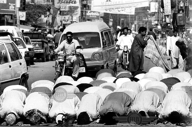 ©Francesco Cito/Panos Pictures..Pakistan, Peshawa. Friday preyers on Sadar road.