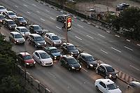 SÃO PAULO,SP, 04.07.2016 - TRÂNSITO-SP - Motoristas enfrentam trânsito no Viaduto Júlio de Mesquita Filho sentido leste , no bairro da Bela Vista, na região central da cidade de São Paulo, na tarde desta segunda-feira, 04. (Foto: Thiago Ferreira/Brazil Photo Press)