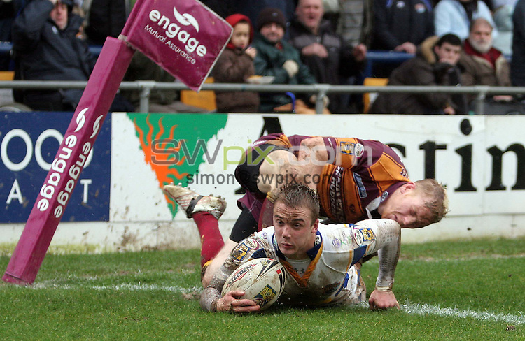 PICTURE BY VAUGHN RIDLEY/SWPIX.COM -  Rugby League - Super League - Leeds Rhinos v Huddersfield Giants - Headingley, Leeds, England - 04/03/07...Copyright - Simon Wilkinson - 07811 267706...Leeds Lee Smith scores a try as Huddersfield's Paul Reilly atempts to stop him.