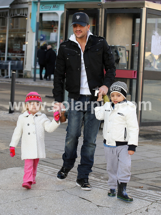 **ALL ROUND PICTURES FROM SOLARPIX.COM**.**WORLDWIDE SYNDICATION RIGHTS**.Peter Andre takes his children out for coffee with a friend (called Ryan). London, UK. 20 December 2009..This pic: Peter Andre with Junior and Princess..JOB REF: 10418 SKD       DATE: 20_12_2009.**MUST CREDIT SOLARPIX.COM OR DOUBLE FEE WILL BE CHARGED**.**MUST NOTIFY SOLARPIX OF ONLINE USAGE**.**CALL US ON: +34 952 811 768 or LOW RATE FROM UK 0844 617 7637**