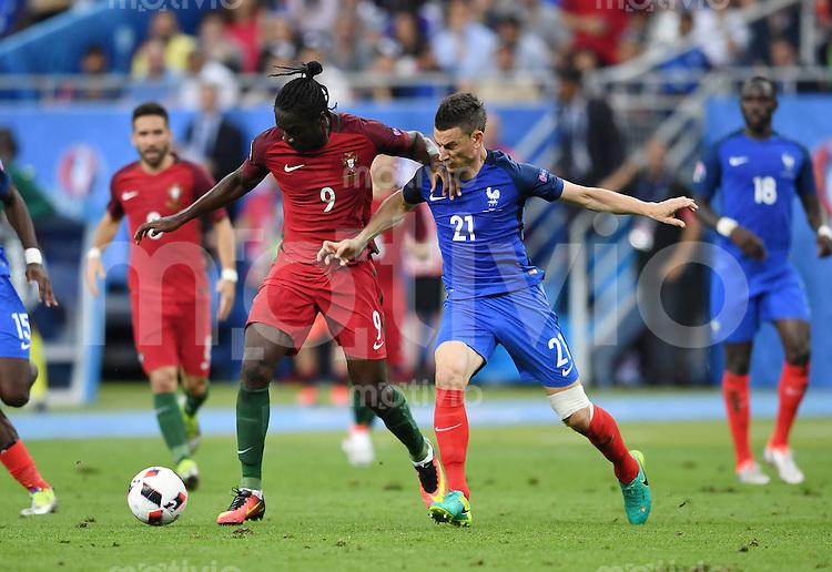 FUSSBALL EURO 2016 FINALE IN PARIS  Portugal 1-0 Frankreich     10.07.2016 Eder (Mitte, Portugal) gegen Laurent Koscielny (re, Frankreich) auf dem Weg zum entscheidenden Tor zum 1-0