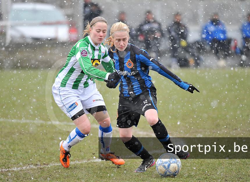 Club Brugge Dames - PEC Zwolle : Silke Demeyere aan de bal voor Nathalja Nijman .foto DAVID CATRY / Vrouwenteam.be