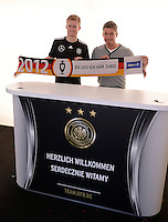 FUSSBALL INTERNATIONAL  EURO 2012   11.06.2012  Deutsche Nationalmannschaft in Danzig Andre Schuerrle (li, Deutschland) mit einem Allianz-Euro 2012 Fanschal