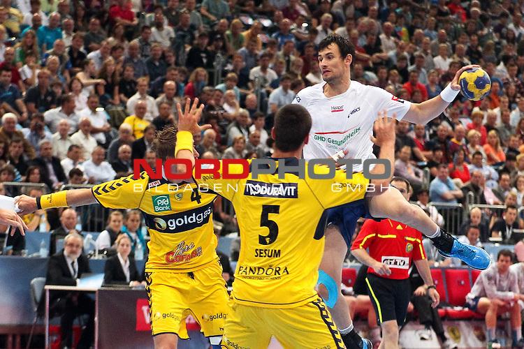 29.05.2011,  Lanxess Arena, Koeln, GER, EHF Final 4, Rhein-Neckar Löwen (GER) vs. HSV Hamburg (GER), Spiel um Platz 3, im Bild:   Marcin Lijewski (Hamburg #22) (R) gegen Oliver Roggisch (Rhein-Neckar #4) (L) und Zarko Sesum (Rhein-Neckar #5) (M)Foto © nph / Mueller