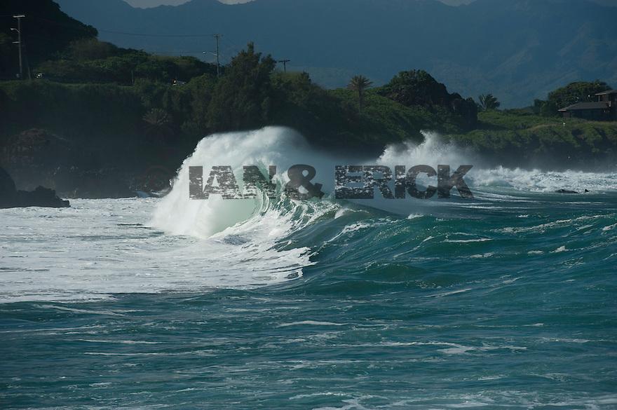 Empty waves at Waimea Bay on the Northshor of Oahu in Hawaii.