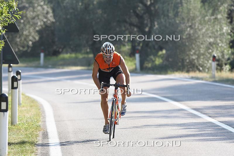Italie, Torbole, 12 september 2006. .Trainingskamp TVM schaatsploeg .Erben Wennemars, sprinter van de TVM schaatsploeg staat op de pedalen van zijn racefiets en sprint naar boven