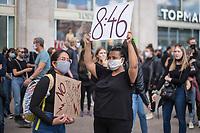 """Mehrere zehntausend Menschen versammelten sich am Samstag den 6. Juni 2020 auf dem Alexanderplatz in Berlin und protestierten gegen den rassistischen Mord durch den Polizeibeamten Derek Chauvin an dem Afroamerikaner George Floyd in Minneapolis am 25. Mai 2020. Sie hielten Schilder auf denen u.a. """"Black Lives Matter"""", """"I can't breath"""", """"Rassismus toetet"""", Justice for George Floyd"""" und """"No Justice - No Peace"""" stand.<br /> Der Polizeibeamten Derek Chauvin hatte sich am 25. Mai nach einer Festnahme ueber acht Minuten lang auf den Hals von George Floyds gekniet, waehrend der gefesselt am Boden lag. Floyd erstickte. In mehreren Staedten in den USA kam es daraufhin zu heftigen Protesten.<br /> Aufgerufen zu der Kundgebung vor der US-Botschaft hatte die Organisation """"ISD Berlin - Initiative Schwarze Menschen in Deutschland"""" aufgerufen.<br /> Im Bild: Eine Frau haelt ein Plakat mit der Aufschrift """"8:46"""". 8 Minuten und 46 Sekunden lang hat Derek Chauvin auf dem Hals von George Floyd genkiet und ihm damit die Luft abgeschwuergt.<br /> 6.6.2020, Berlin<br /> Copyright: Christian-Ditsch.de<br /> [NUR FUER REDAKTIONELLE ZWECKE! Werbung nur auf Anfrage beim Fotografen. Inhaltsveraendernde Manipulation des Fotos nur nach ausdruecklicher Genehmigung des Fotografen. Vereinbarungen ueber Abtretung von Persoenlichkeitsrechten/Model Release der abgebildeten Person/Personen liegen nicht vor. NO MODEL RELEASE! Don't publish without copyright Christian-Ditsch.de, Veroeffentlichung nur mit Fotografennennung, sowie gegen Honorar, MwSt. und Beleg. Konto: I N G - D i B a, IBAN DE58500105175400192269, BIC INGDDEFFXXX, Kontakt: post@christian-ditsch.de<br /> Bei der Bearbeitung der Dateiinformationen darf die Urheberkennzeichnung in den EXIF- und  IPTC-Daten nicht entfernt werden, diese sind in digitalen Medien nach §95c UrhG rechtlich geschuetzt. Der Urhebervermerk wird gemaess §13 UrhG verlangt.]"""