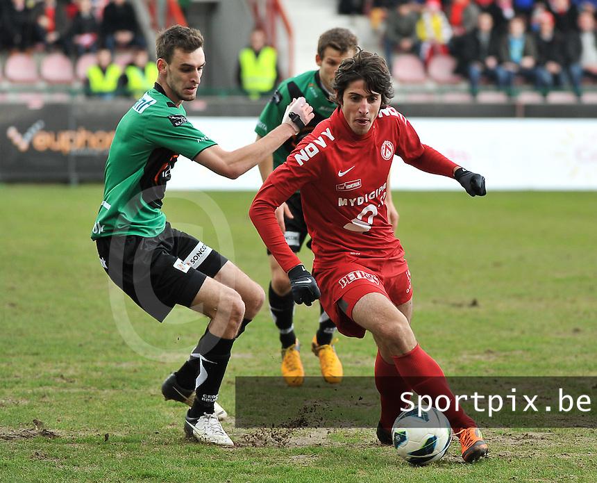 KV Kortrijk - Cercle Brugge : Pablo Chavarria aan de bal voor Gregory Mertens (links).foto VDB / BART VANDENBROUCKE