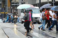 SAO PAULO, SP, 04.11.2013 - Chuva no centro de São Paulo. na Av Libero Badaró nesta segunda-feira, 04. Foto: Adriano Lima / Brazil Photo Press)