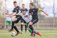 Kevin Witt (SV St. Stephan) wird von Jannis Kessler (l.) und Alexander Melchior (r, beide Geinsheim) in die Zange genommen - 31.03.2019: SV St Stephan Griesheim vs. SV 07 Geinsheim, Kreisoberliga Darmstadt/Gross-Gerau