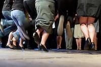 Concours de dans fisel.Cette danse, particulierement en concours, est tres energique avec de nombreux mouvements des jambes jettees vers l'arrire de facon seche et rapide