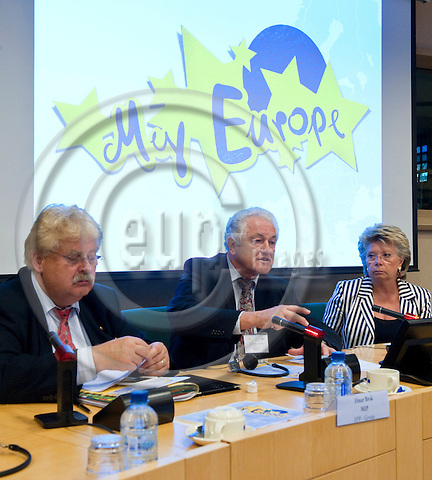 Brussels-Belgium - September 06, 2011 -- Press Conference on the launch of 'My Europe', a set of workshops of European Scriptoria, coordinated by ICCA (Institute for Corporate Culture Affairs) and the Frankfurter Zukunftsrat (Future Think Tank); here, MEP Elmar BROK (le), EPP/DE; Prof Dr Manfred POHL (ce), CEO and Founder, Frankfurter Zukunftsrat / ICCA; Viviane REDING (ri), Vice-President of the European Commission, Patron of 'My Europe' -- Photo: Horst Wagner / eup-images
