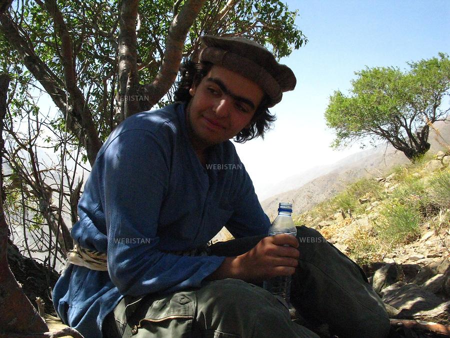 AFGHANISTAN - VALLEE DU PANJSHIR - 17 aout 2009 : Delazad Deghati lors d'une marche dans les montagnes encadrant la vallee du Panjshir. ..AFGHANISTAN - PANJSHIR VALLEY - August 17th, 2009 : Delazad Deghati on a walk through the mountains surrounding the Panjshir Valley.