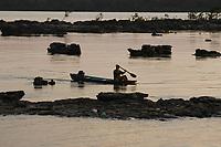 Barqueiro conduz canoa ao fim da tarde chegando no local de travessia do rio Xing˙ para Altamira.<br /> Senador JosÈ PorfÌrio, Par·, Brasil<br /> 17/08/2005<br /> Foto Paulo Santos/Interfoto