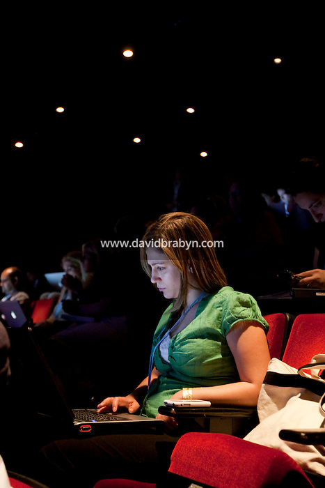 Yael Bar-tur (@yaelbt) uses her laptop computer during the 140 Character conference in New York City, USA, 16 June 2009.