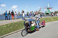 Nederland Zaanstad 2016. Vrouw met bakfiets in Zaanse Schans. Foto Berlinda van Dam / Hollandse Hoogte