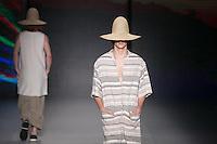 SAO PAULO, SP, 26.10.2016 - SPFW-OSKLEN - Modelo durante desfile da grife Osklen durante o São Paulo Fashion Week edição 42 no Parque do Ibirapuera zona Sul de São Paulo, nesta quarta-feira, 26. (Foto: Ciça Neder / Brazil Photo Press)