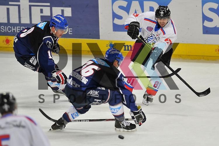 Nuernbergs Dusan Frosch (Nr.81) gegen Mannheims Yannic Seidenberg (Nr.36) und Mannheims Craig MacDonald (Nr.10)  beim Spiel in der DEL, Adler Mannheim - Nuernberg Ice Tigers.<br /> <br /> Foto &copy; Ice-Hockey-Picture-24 *** Foto ist honorarpflichtig! *** Auf Anfrage in hoeherer Qualitaet/Aufloesung. Belegexemplar erbeten. Veroeffentlichung ausschliesslich fuer journalistisch-publizistische Zwecke. For editorial use only.