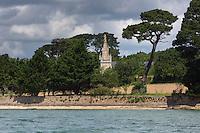 France, Morbihan (56),    Golfe du Morbihan, Arradon: les bords du Golfe du Morbihan et la Chapelle Saint-Joseph XIX à Penboch  // // France, Morbihan, Gulf of Morbihan,