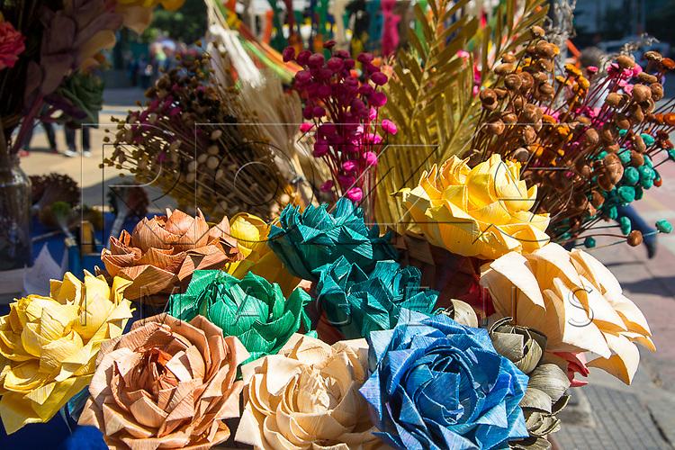 Flores de palha de milho na Feira de artesanato, Praça da República, São Paulo - SP, 07/2016.