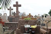 CAMPINAS, SP 31.10.2018-FINADOS-Limpeza de jazigos, pinturas e de áreas do Cemitério da Saudade, no Swift, na cidade de Campinas, interior de São Paulo, nesta quarta-feira (31), é feita por familiares e funcionários do local, como preparativos para o Dia de Finados. (Foto: Denny Cesare/Codigo19)