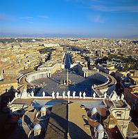Italien, Latium, Rom: Blick von der Kuppel des Petersdoms ueber die Stadt und auf den Petersplatz | Italy, Lazio, Rome: Looking Down over city and St. Peter's Square