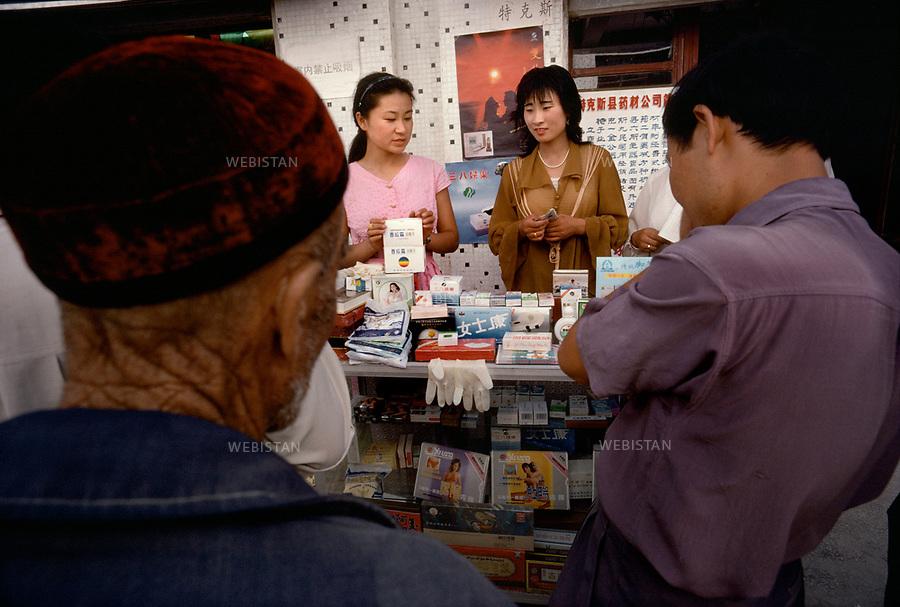 1995. At the townís fair in Chapchal, Xibe women sell remedies. A la foire de Chapchal, des commerçantes xibes vendent des remèdes.
