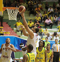 BUCARAMANGA -COLOMBIA, 11-06-2013. Asprilla (Arriba) de Búcaros trata de anotar en contra de Bambuqueros durante el juego 4 de la final en la Liga DirecTV de baloncesto Profesional de Colombia realizado en el Coliseo Vicente Díaz Romero de Bucaramanga./ Asprilla (Up) of Bucaros tries to score against Bambuqueros during the game 4 of the final on DirecTV professional basketball League in Colombia at Vicente Diaz Romero coliseum in Bucaramanga. Photo: VizzorImage / Jaime Moreno / STR