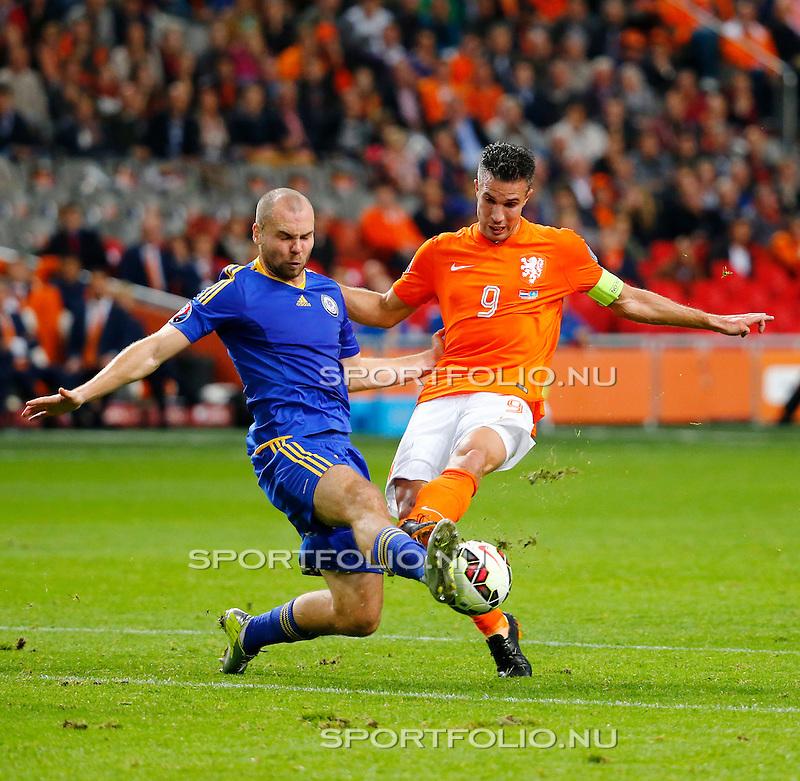 Nederland, Amsterdam, 10 oktober 2014<br /> Seizoen 2014-2015<br /> EK Kwalificatiewedstrijd <br /> Nederland-Kazachstan <br /> Ilia Vorotnikov (l.) van Kazachstan en Robin van Persie (r.) van Nederland strijden om de bal.