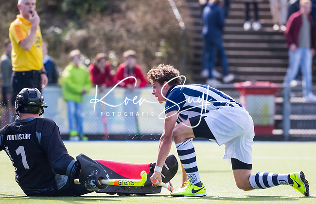 ZEIST - HOCKEY -   Jelmer Siersema van HDM scoort 0-1 tijdens de overgangsklasse competitiewedstrijd heren Schaerweijde-HDM (1-5). links keeper Arek Matuszak (Schaerw.)  COPYRIGHT KOEN SUYK