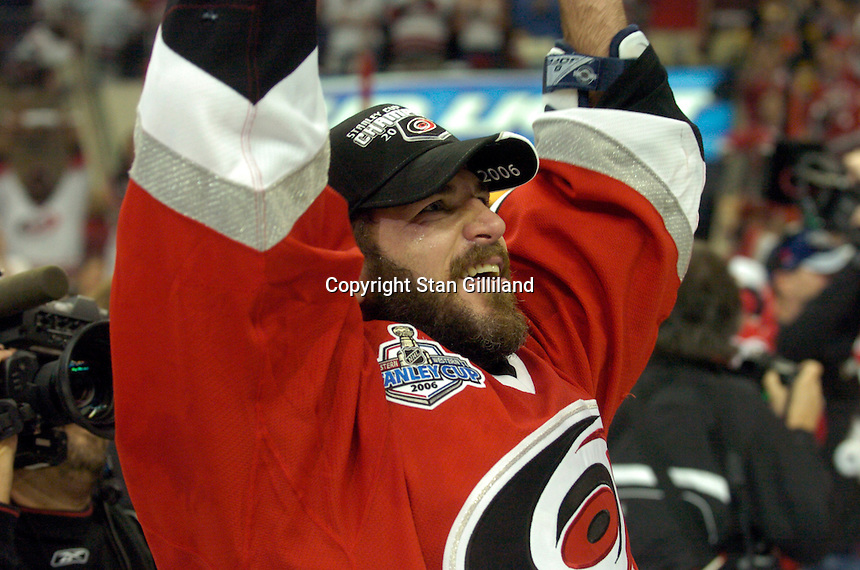 Mark Recchi gestures to the crowd after the Carolina Hurricanes beat the Edmonton Oilers 3-1 in game seven to take the Stanley Cup at the RBC Center in Raleigh, NC Monday, June 19, 2006.