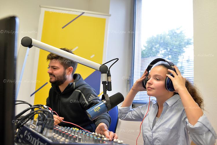 Accompagnés de leur professeur de français, des collégiens et collégiennes du collège Saint Joseph à Cholet (Maine-et-Loire) découvrent l'univers radiophonique avec Radio Sun…