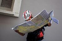 Milano 13 Ottobre: si è svolta sabato l'Alleycat race, la gara in bici ispirata ai pony express. Nella foto i partecipanti studiano la mappa per decidere i percorso da seguire