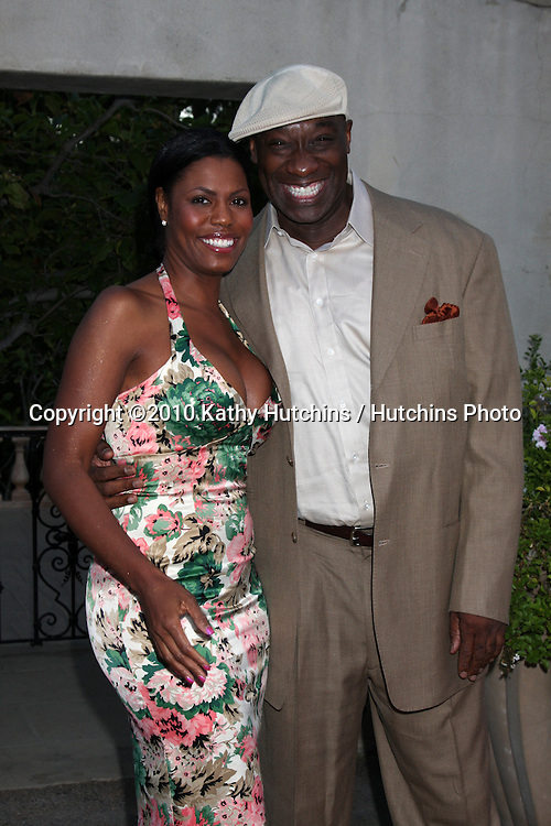 LOS ANGELES - JUL 24:  Omarosa Manigault-Stallworth & Michael Clarke Duncan arrives at  the 12th Annual HollyRod Foundation DesignCare Event at Ron Burkle's Green Acres Estate on July24, 2010 in Beverly Hills, CA ....