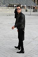 Justin Theroux - ARRIVEES AU DEFILE 'VUITTON' AU LOUVRE - FASHION WEEK DE PARIS